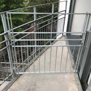 Nottreppenturm-Gittertor erst. und montieren. PZ Riesbach - 000913.