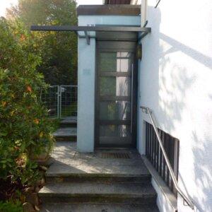 Neue Türe mit Vordach.