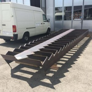 Stahltreppen aus Brennplatten und Handlauf